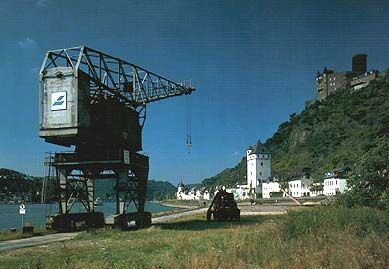'Häuser' crane in St. Goarshausen with the castle Katz